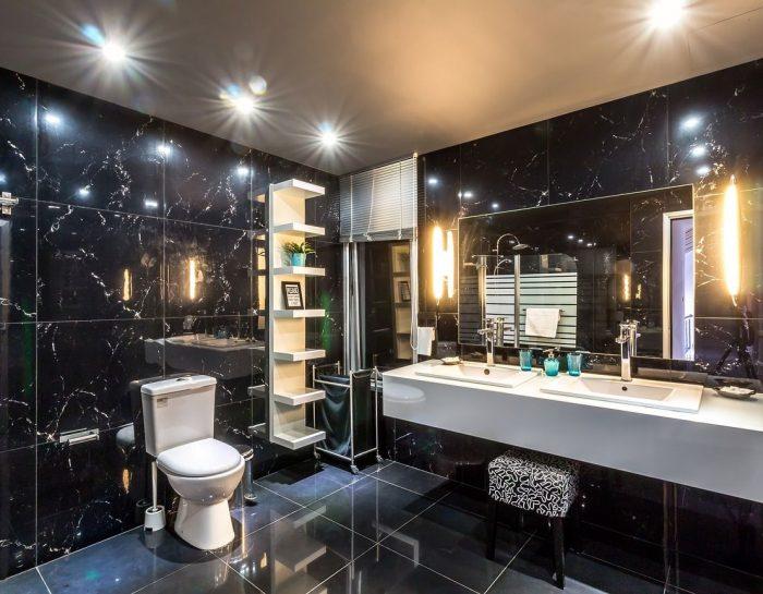 Łazienka bez okna – jak dbać o wentylację i odpowiednie oświetlenie?